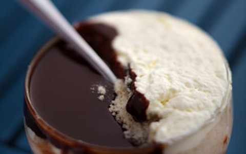 Sorvete de creme ou chocolate com chantilly e farofa de castanha