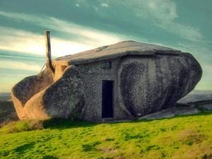 Casa do Penedo, conhecida como 'Casa dos Flinstones', em Portugal (Foto: Feliciano Guimarães/Creative Commons)