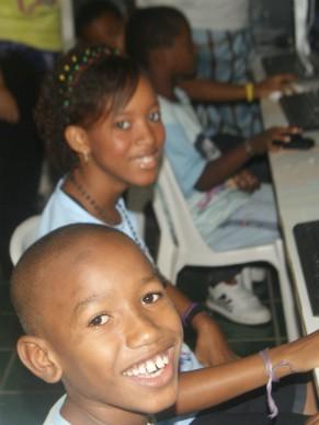 Crianças do CCM em atividade de informática na gravação do Minuto Criança Esperança (Foto: Divulgação)