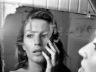 Gisele Bündchen posa sexy em frente ao espelho