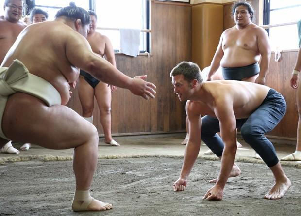 Tom Brady se arrisca no sumô (Foto: Reprodução/Under Amour)