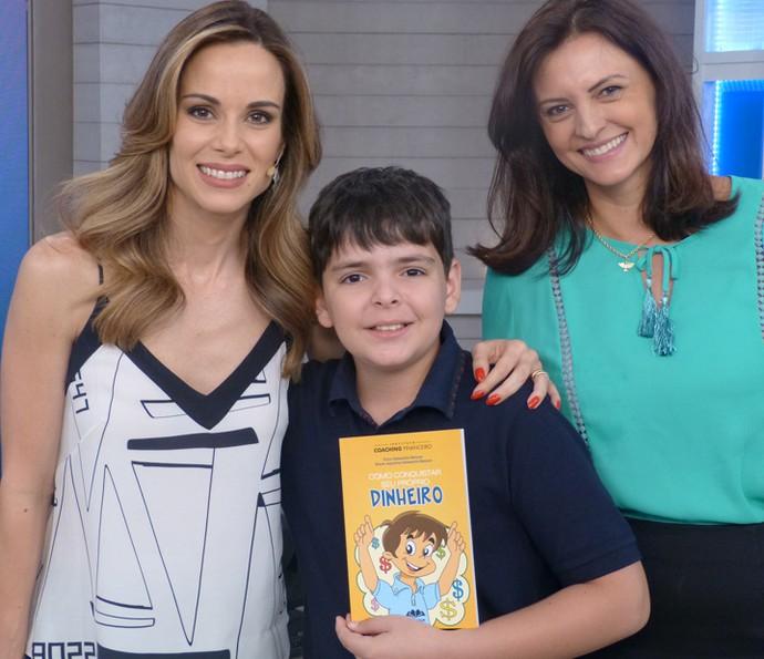 Ana Furtado com Erico, que lançou um livro que ensina crianças a lidar com dinheiro, e Eliane, mãe do menino  (Foto: Ana Puñal/Gshow)