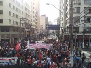 Servidores fazem protesto no Centro de Campinas (Foto: Virgginia Laborão / G1)
