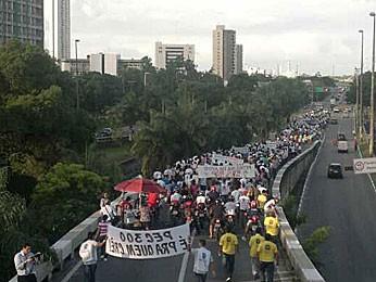 Protesto passou pelo viaduto sobre a Avenida João de Barros (Foto: Luna Markman / G1)