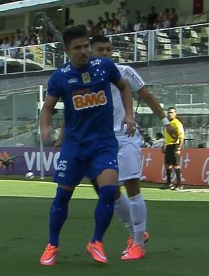 Willian em ação pelo Cruzeiro, na partida contra o Santos (Foto: Reprodução/TVGLOBO)