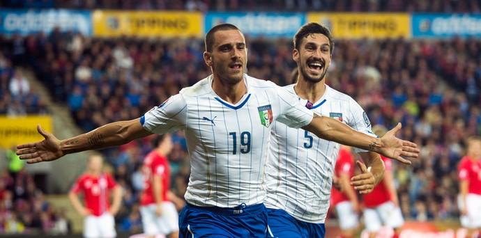 Noruega x Itália - Leonardo Bonucci marca o segundo para a Itália (Foto: AFP)
