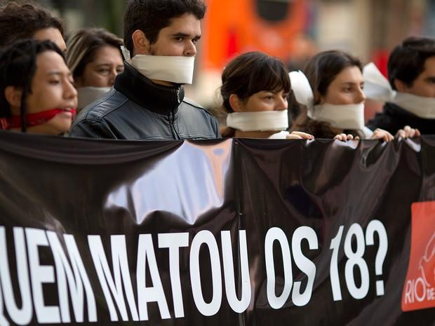 Ativistas do grupo Rio de Paz protestam contra a falta de ação da polícia na investigação da chacina de Osasco, na Grande São Paulo, em ato na Avenida Paulista (Foto: Andre Penner/AP)
