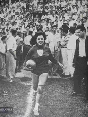Revista O Cruzeiro cobre jogo das pioneiras do futebol feminino do Araguari Atlético Clube em Uberlândia, em 1959 (Foto: Revisto O Cruzeiro/Reprodução)