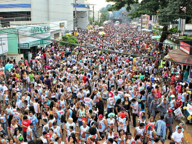 Milhares de pessoas invadem avenida durante desfile da Banda do Vai Quem Quer em Porto Velho (Foto: Ivanete Damasceno/G1)