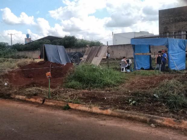 Famílias pediram por casas próprias ao invadirem terreno na Vila Angélica (Foto: TEM Você/ Roseni Alves)