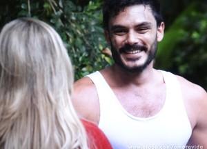 Maciel fica todo feliz (Foto: Amor à Vida/ TV Globo)