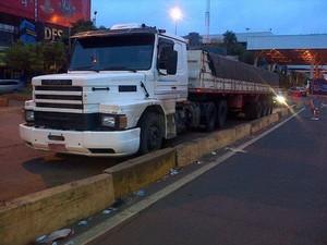 Carreta foi parada na aduana da Ponta Internacional da Amizade (Foto: PRF/ Divulgação)