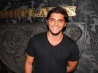 Sem a namorada, Bruno Gissoni se diverte com amigos em boate