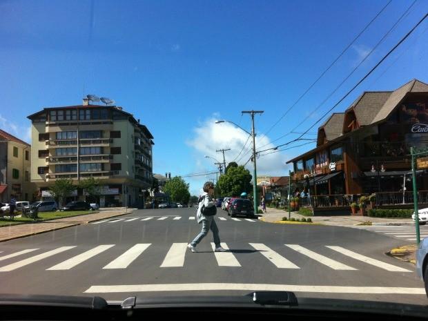 Mulher atravessa faixa de segurança na Serra gaúcha sem precisar aguardar semáforos (Foto: (Foto: Caetanno Freitas/G1))