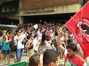 Professores, servidores e estudantes protestaram em João Pessoa (Foto: Walter Paparazzo/G1)