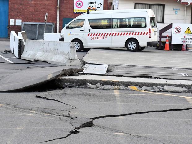 Fissuras foram abertas no asfalto em rua perto do porto central de Wellington (Foto: Ross Setford/SNPA via AP)