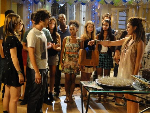 Valentina aparece de surpresa na casa de Lia e deixa Dinho na maior saia justa (Foto: Malhação / Tv Globo)