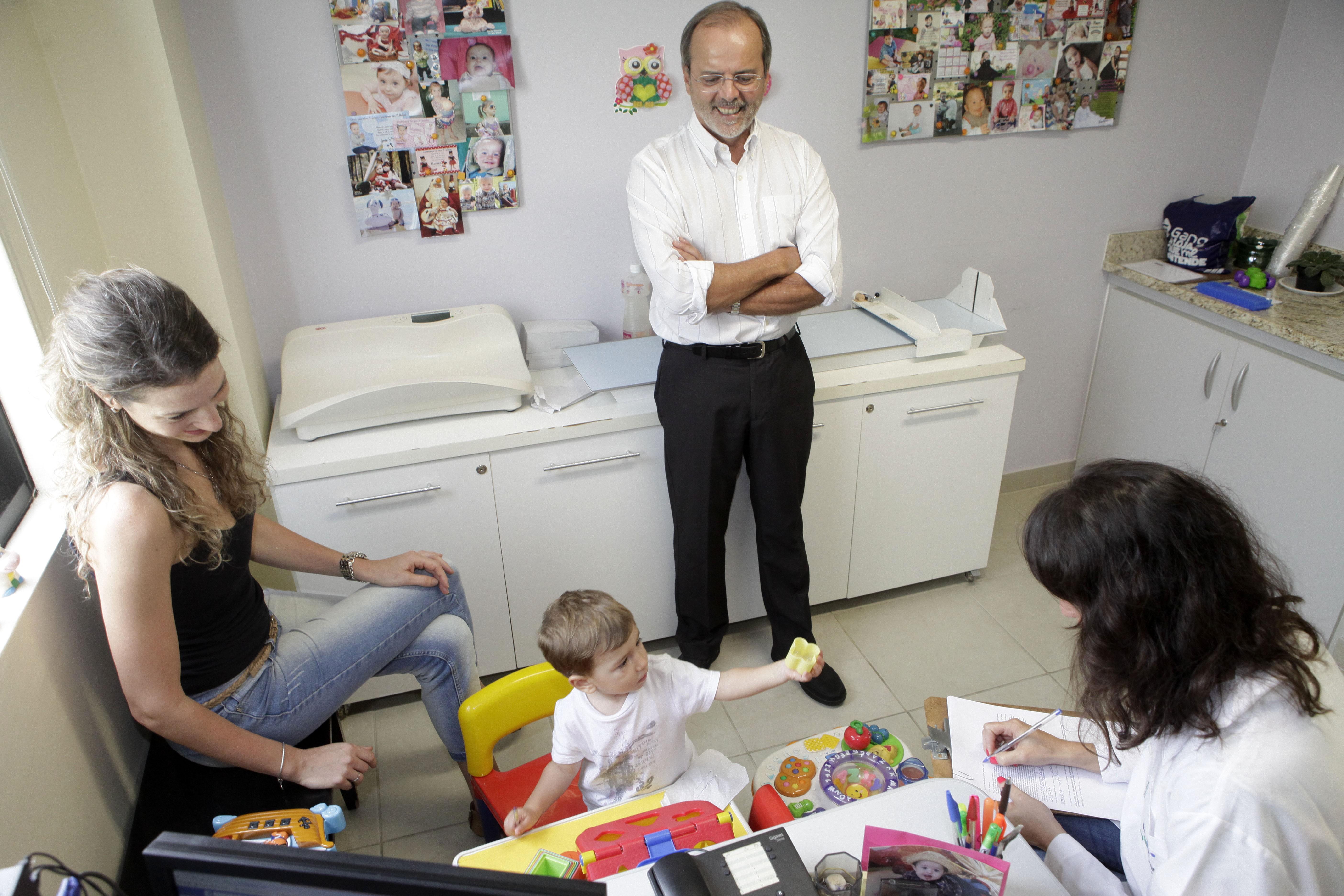 Cesar Victora, em pesquisa na UFPel (Foto: Daniela Xu/UFPel/Divulgação)