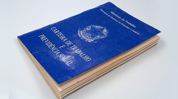 carteira de trabalho (Foto: Marcos Santos / USP)
