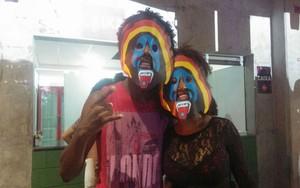 Rafael e Tâmara usam máscaras com símbolos da banda (Foto: Juliana Almirante/ Gshow)