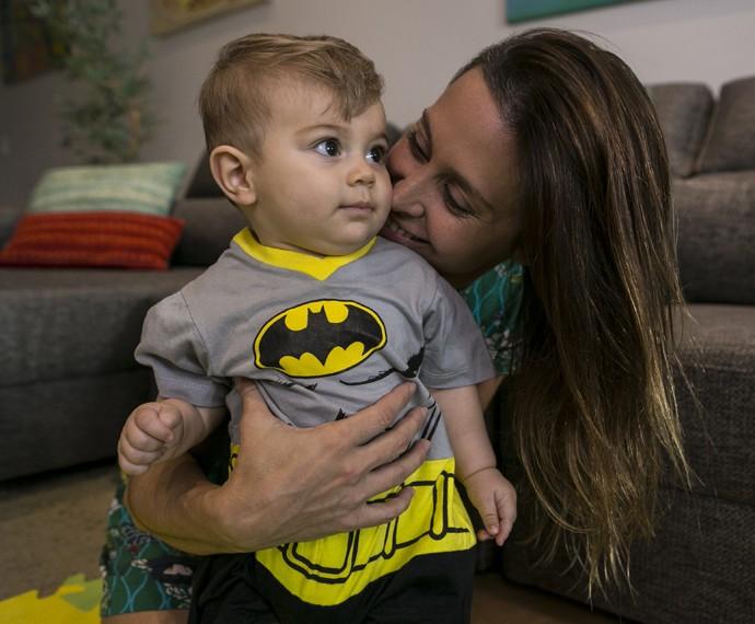 Dani Monteiro enche o pequeno Bento de carinho (Foto: Inácio Moraes/Gshow)