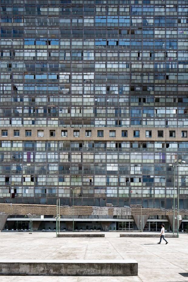Apartamento no edifício JK, em Belo Horizonte, mistura estilos com ousadia (Foto: Filippo Bamberghi)