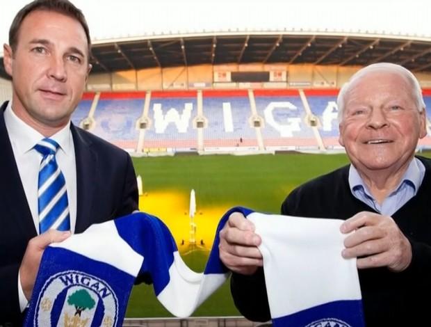 Malky Mackay, técnico do Wigan, ao lado do presidente Dave Whelan (Foto: Reprodução SporTV)
