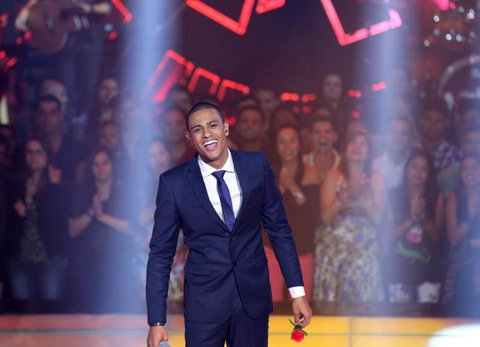 Romero Ribeiro e sua marca registrada no The Voice: a flor rosa (Foto: Isabella Pinheiro / Gshow)