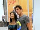 Aline Riscado e Felipe Roque tomam sorvete e se beijam em passeio no Rio