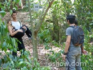 Ben carrega Sofia no colo (Foto: Malhação / TV Globo)