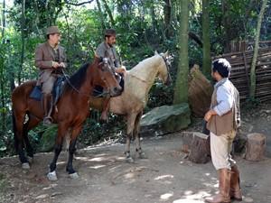 Melk e jagunços aparecem de surpresa (Foto: Gabriela / TV Globo)