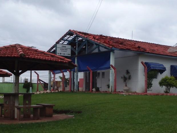 Prédio do Cras também teve telhas derrubadas por chuva (Foto: TEM Você/ Paulo Henrique)