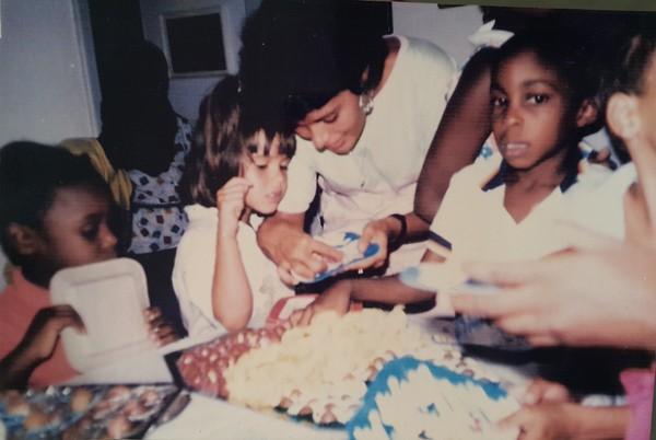 Lázaro Ramos criança, comemorando o aniversário com a família (Foto: Arquivo Pessoal)