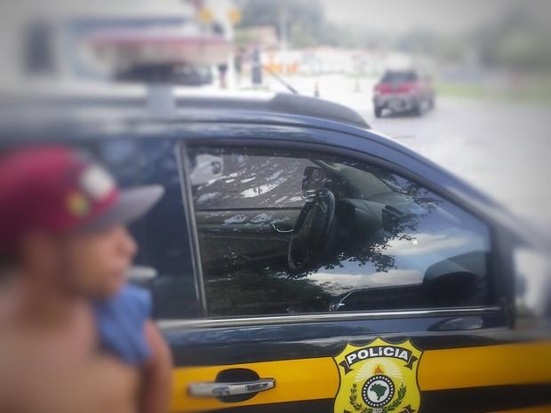 Jovem ostenta cigarros de maconha em foto com viatura da PRF e é preso (Foto: PRF / Divulgação)