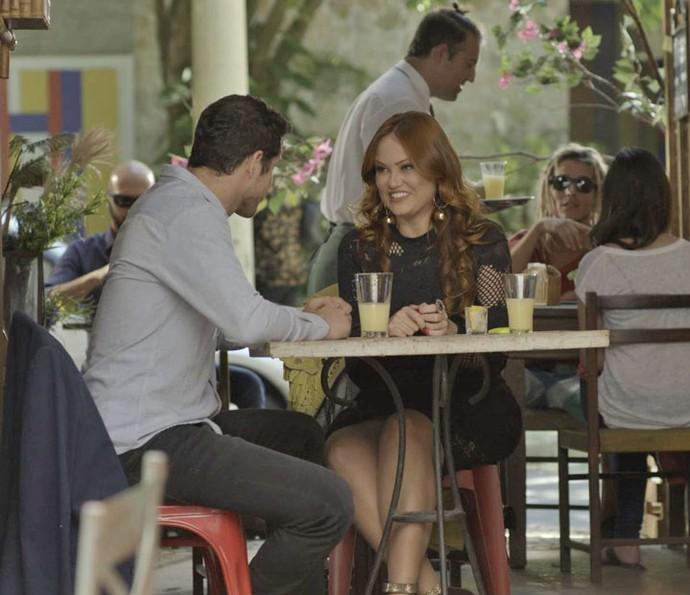 Leonora finge ser famosa para Adônis, achando que ele é um modelo internacional (Foto: TV Globo)