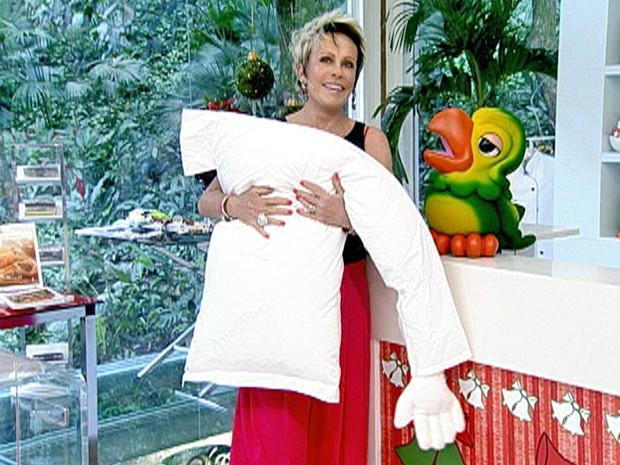 Ana Maria mostra travesseiro especial que ganhou de Hebe Camargo (Foto: Mais Você / TV Globo)