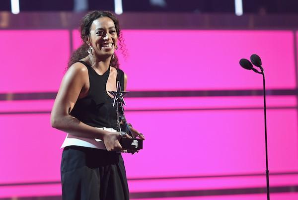 A cantora Solange Knowles com o troféu recebido no BET Awards 2017 (Foto: Getty Images)