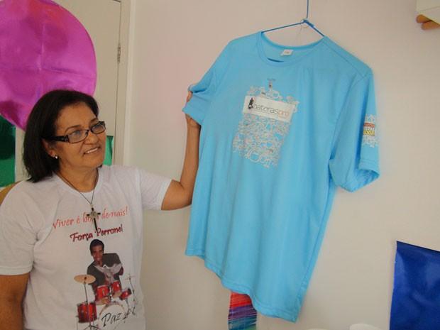 Mãe de Perrone exibe camisa de encontro de bateristas na Bahia (Foto: Lílian Marques/ G1)