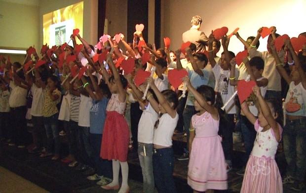 Cerca de 150 crianças fizeram a apresentação musical (Foto: Roraima TV)
