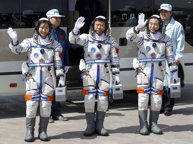 Liu Yang, Liu Wang e Jing Haipeng acenam momentos antes do lançamento da nave chinesa Shenzhou 9, que levou a primeira mulher astronauta do país ao espaço (Foto: Ng Han Guan/AP)