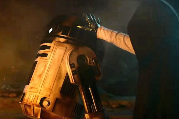 R2-D2 em cena de Star Wars: Episódio VII - O Despertar da Força (2015) (Foto: Reprodução)
