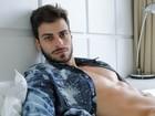 Lucas Malvacini aparece sem camisa e exibe marquinha em ensaio