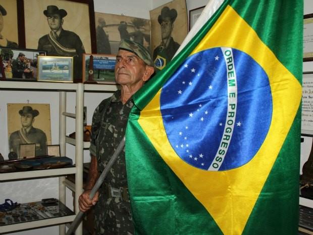 O sargento exibe o seu amor pelo Brasil (Foto: Ivanete Damasceno/G1)
