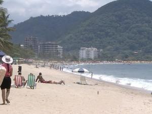 Praia Martin de Sá, em Caraguatatuba, no litoral norte do Estado na manhã deste sábado (8). (Foto: Reprodução/TV Vanguarda)