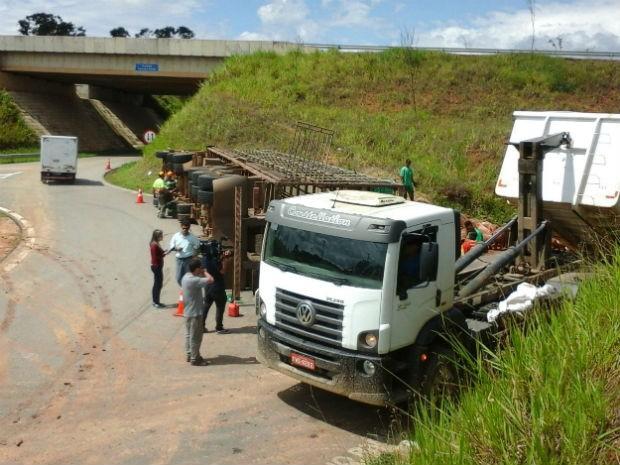 Carreta com porcos tombous na rodovia Raposo Tavares em Capela do Alto (Foto: Arquivo pessoal / Edson Leite)