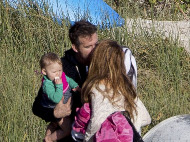 Blake Lively e o marido, Ryan Reynolds, com o filho, James, em praia em New South Wales, na Austrália (Foto: Grosby Group/ Agência)