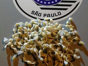 Porções de crack apresentadas pela polícia no plantão policial (Foto: Divulgação/ Polícia Militar)