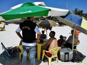 Agentes do Procon têm alertado banhistas sobre aluguel de cadeiras (Foto   Alexandre Cardoso   4d0507b55a