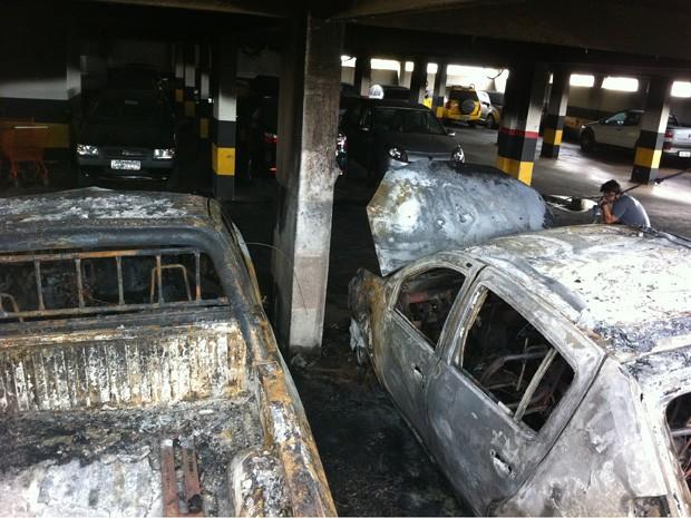 Carro incendiado em garagem de um prédio residencial no Guará na madrugada desta quarta-feira (8)  (Foto: Gabriel Luiz/G1)