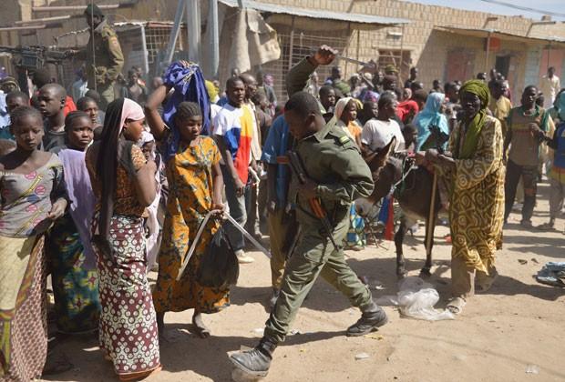 Soldados tentam dispersar moradores em Timbuktu, no Mali, nesta terça-feira (29) (Foto: AFP)